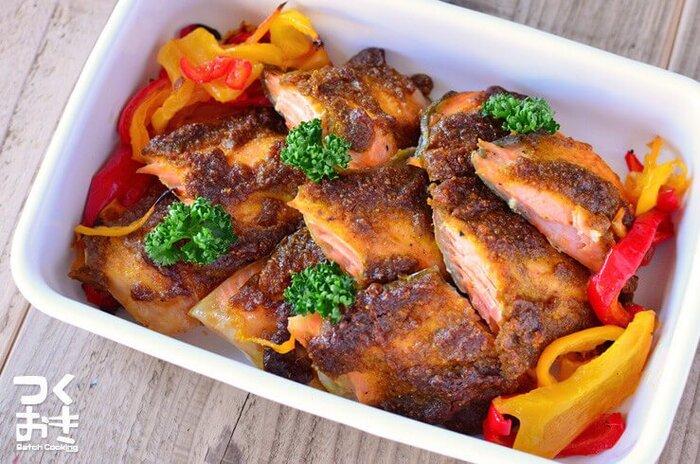 鮭に、ごま・カレー粉・マヨネーズという意外な組み合わせのタレを塗って焼くおかず。スパイシーで彩りもきれい。作り置きできますので、お弁当にいいですね。
