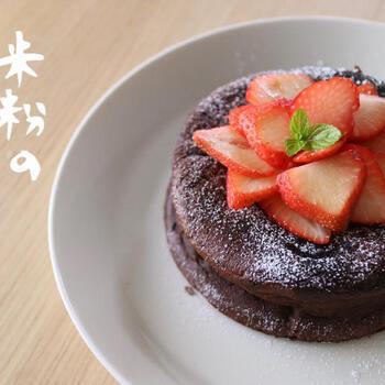 オーブンがなくても、オーブントースターでガトーショコラが作れます。こちらは、米粉を使ったカフェ風のおしゃれガトーショコラ。米粉はふるわなくてもOKです。