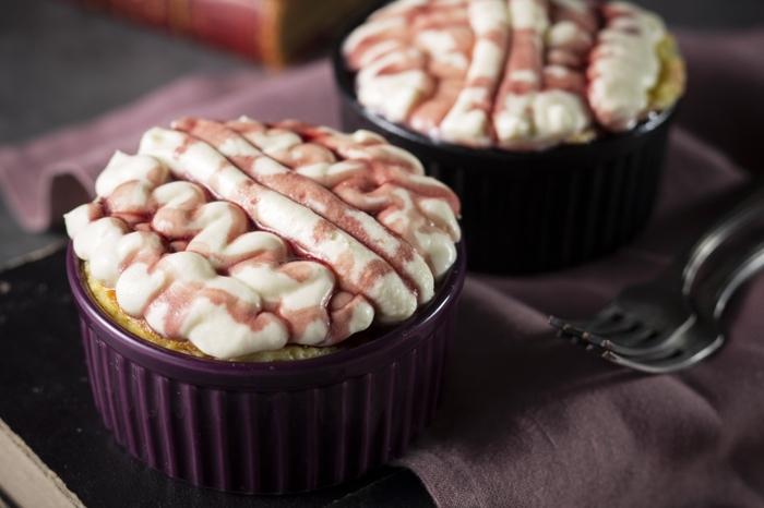 ココットとオーブントースターでできる簡単なバスクチーズケーキに、お手軽チーズソースをかけて。こちらは、ハロウィン仕様になっていますが、シンプルなデザインなら通年OKですね。
