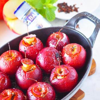姫りんごのヘタの部分をくり抜き、グラニュー糖とクローブを。あとはオーブントースターで焼いてバターを散らすだけ。スパイシーな大人のフルーツデザートの完成です。