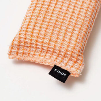 KINOFのキッチンスポンジは、手、食器、環境に優しく、木の糸の性質として油分を吸収するため洗剤の量が少なくてすみます。 コップなどを洗いやすいスリムなデザインです。