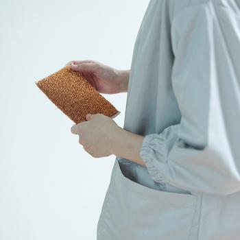 こすっても傷が付きにくく、やさしく洗える仕様に仕上げた銅スポンジ。銅の除菌・消臭効果が雑菌の繁殖を抑えて衛生的に使えます。キッチン周りや浴室の掃除におすすめ。