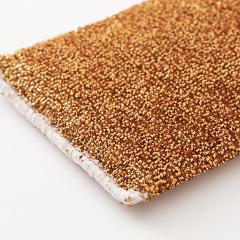 頑固な焦げつきを落とすのに効果的な金たわしですが、傷の原因になってしまうのが心配ですよね。この銅スポンジは柔らかいフィルム繊維に銅を蒸着し、パイル状に編み上げたものを表側に使用しています。金たわしと比べて格段に柔らかく、鍋やシンクを傷つけにくいのが特徴です。