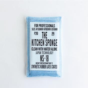 水だけで油汚れまで落とせる、驚異の洗浄力を持った「THE KITCHEN SPONGE」。もともとは洗剤を使用できない食品工場のタンクや、油を多く使う飲食店などで業務用として使われてきたスポンジを商品化したものです。