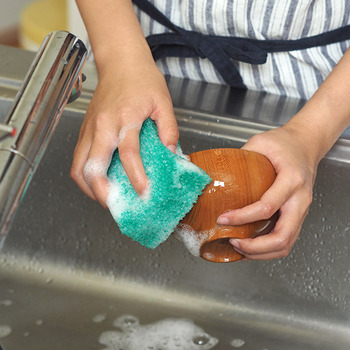角がしっかりしているから、お弁当箱や保存容器の角も洗いやすい。粗目のスポンジのため、使い終わった後に水気をぎゅっと絞ると水気がなくなり、スポンジをいつもカラッと清潔に保てます。