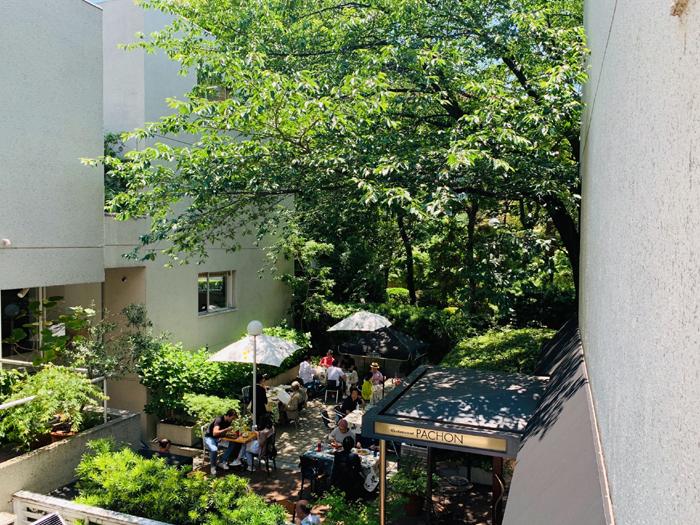 1984年オープンの老舗フランス料理店「PACHON(レストラン・パッション)」。最寄りの駅は代官山駅です。シェフのアンドレ・パッション氏は、日本におけるフランス料理の草分け的存在で、母国フランスからも数々の勲章を授与されています。