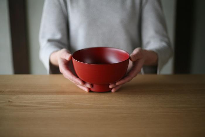 3.8寸、4寸の他に、5寸のそば碗もあります。たっぷりとした存在感と安定感のある器で、漆のしっとりとした質感を全体で感じ取ることができます。縁の口当たりがよく、磁器よりも軽いのでそばやラーメンなどの汁物を入れるとぴったりです。