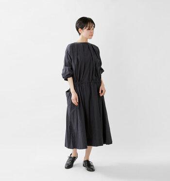 程よいハリと光沢感のある生地で、女性らしさを格上げしてくれるタックワンピース。1枚でサラリと着こなしても、サマになる上品なデザインです。