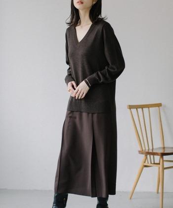 ニットとスカートがドッキングした、1枚でコーデが完成するタイプのワンピースです。上下組み合わせているように見えますが、ワンピース1着でこのスタイリングが仕上がります。
