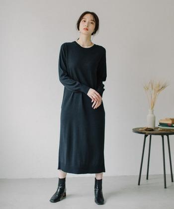 裏返しに着てみると、クルーネックのニットワンピースのようなデザインに。前後異素材でつくられているので、全く違うアイテムのような着こなしがワンピース1枚で楽しめます。