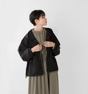 フーディジャケットを、ケープ風のシルエットに仕上げた一枚。袖口にはギャザーを寄せて、大人っぽさを演出しています。裾に入ったドローコートで、シルエットを自分好みに変えられるのもポイント。ゆったりシルエットで、ニットなどに羽織っても着ぶくれしません。
