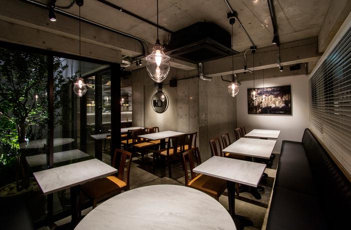 白を基調とした店内は、コンクリートの壁面でスタイリッシュな雰囲気。お友達同士はもちろん、大切な人とのデートにもオススメです。