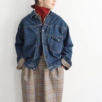 まるで1年ほど着込んだような、ユーズド感のある加工が施されたデニムジャケットです。ゆったりシルエットなので、秋にはアウターとして、冬にはコートやダウンなどの下に合わせて着用もOK。パンツスタイルにはもちろん、スカートやワンピースに合わせても大人カジュアルな着こなしが楽しめます。