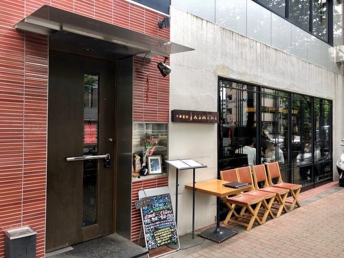 行列のできる人気中華料理店「中華香彩JASMINE (ジャスミン)」は、恵比寿駅と広尾駅の中間の明治通り沿いにあります。