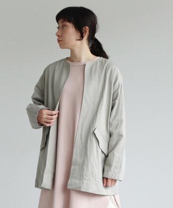 オーバーサイズで、厚手のニットにも合わせられるシンプルデザインのジャケットです。自宅で洗濯ができるイージーケアアイテムなので、汚れなどを気にすることなくロングシーズン活躍してくれます。