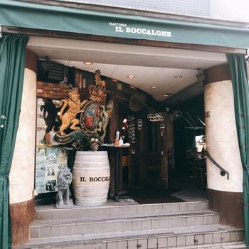 創業30年の老舗イタリアン「イル・ボッカローネ」。恵比寿駅からは徒歩3分で、雰囲気のある外観からも期待が高まります◎