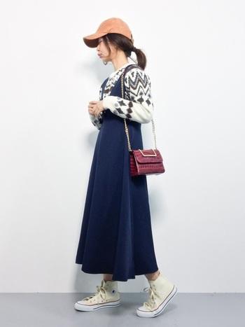 ニット+デニムのジャンパースカートがカジュアルな雰囲気。より自分らしいカジュアルコーデにするなら、キャップやスニーカーで色をプラスしてみましょう。バッグだけ綺麗めなものを合わせて「大人らしさ」を残しましょう。