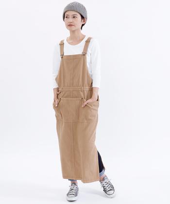 スリットが入ったジャンパースカート。気になる方は中にスキニーデニムをロールアップして重ねると歩いたときちらりと見えて可愛いです。白のカットソーでベージュを引き立てて。