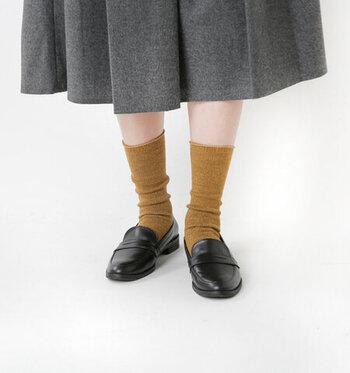 ウールとシルクをミックスした素材で、弾力のある履き心地に仕上げたキャメルカラーの靴下。履き口はくるんと丸まっているので、履きやすく跡も付きにくくなっています。つま先やかかとの切り替えが目立ちにくいデザインなので、靴を脱いでも足元をキレイに見せてくれる靴下です。