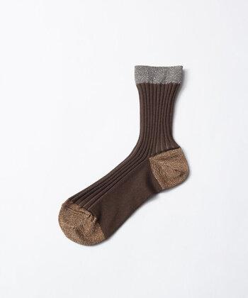 つま先・かかと・履き口部分に、ラメ配色を施したブラウンの靴下。履き口だけが色をガラッと変えているので、スカートなどから覗かせればよいワンポイントになりますね♪