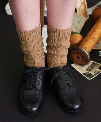 ベージュの透かし編み靴下は、ほどよく厚手の生地で寒さを感じにくいのがポイント。シンプルながらもさりげなく透け感があるので、履くだけでトレンド感をアップしてくれます。