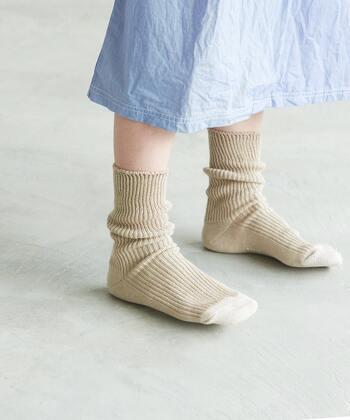 さりげない存在感をON。「アースカラー」の靴下でこなれた足元に