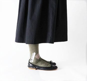プレゼントをモチーフにした、カーキカラーの靴下。履き口がくるくると丸まっているので、締め付け感が少なく履きやすいのがポイントです。ギフトがちりばめられたデザインなので、プレゼントとして贈るのもおすすめ♪