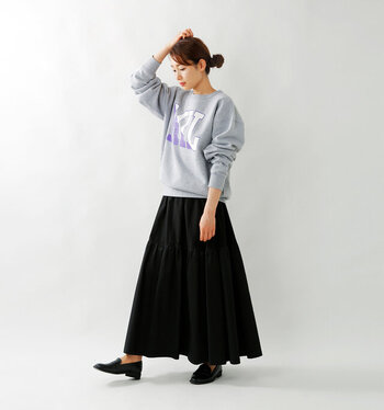 同じくグレースウェット×黒のフレアスカートでも、ロゴ入りだと雰囲気が大きく変わります。カジュアル度が高くなり、リラックスしたい日のデイリーコーデにもぴったりなスタイリングですね♪
