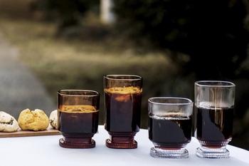 カップやシュガーポットなどもありますが、まず取り上げたいのは、こちらの「グラス」。透明と、アンバーの2色ありますよ。四角いフォルム、台付きのデザインの組み合わせがなんともお洒落ですね。