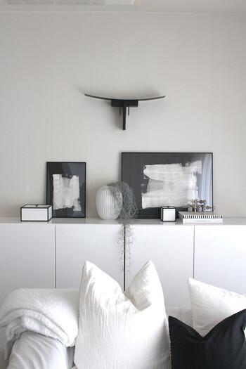 壁面のディスプレイでは、余白も意識してみましょう。モノトーンインテリアでは、余白があることも大事な要素です。飾る空間に3分の2ほどの余白があると、とてもバランス良く上品に見えます。