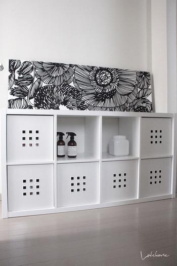 生活用品が多めの棚は、隠すスペースを多めに確保。棚の上にポスターやファブリックパネルを飾ると、生活感が出にくくなり、インテリアにも調和します。