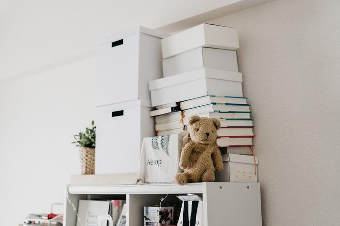 ごちゃごちゃしたものは白いボックスに入れたり、本は背表紙を見せないなど、ちょっとした気配りがお部屋をすっきり見せるコツ。