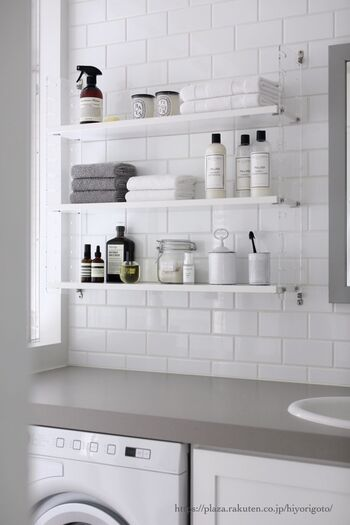 洗面スペースの見せる収納は、詰替え容器を活用したり、おしゃれなボトルを並べると洗練されたスペースになります。ガラスや陶器の瓶なども活用して。