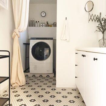 可愛らしいタイル柄のフローリングシートで、洗面所をカスタマイズ!洗面スペースはさほど大きくない空間なので、建具や壁・床をカスタマイズするだけでもガラッとおしゃれになります。