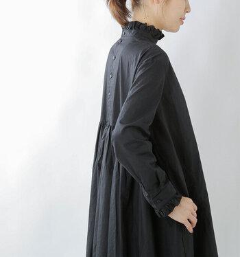 クラシカルなスタンドネックがポイントのすっきりとしたワンピース。こちらは後ろと前の2WAYで着ることができるので、一枚でできる着こなしの幅が広がります。裾にかけてボリュームがありますが肩回りはすっきりとしているので、一枚でシルエットを綺麗に見せてくれます。