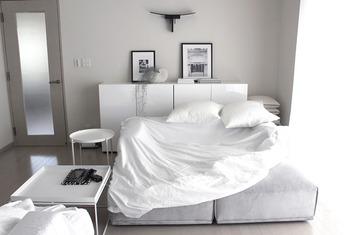 手持ちのソファをイメチェンしたいなら、ベッド用のボックスカバーを使うという方法も。白や明るい色のソファは汚れも目立つので、子どもやペットがいる家庭でも活用したいアイデアです。カバーを取り外せないタイプのソファにもおすすめ。