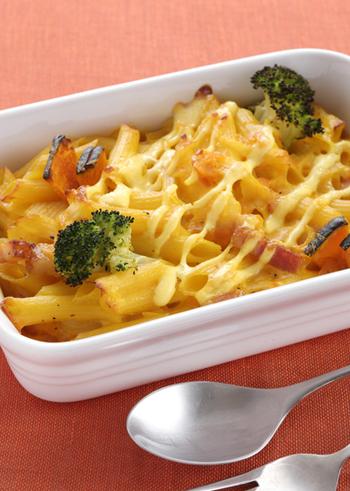 こちらはマカロニではなくペンネを使ったグラタンのレシピ。ブロッコリーやカボチャが入って、野菜もしっかり食べられます。マヨネーズを使ってコクをプラスするのがおいしくするポイント。ランチにもおすすめです。