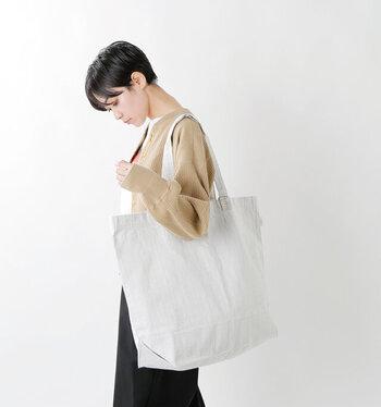 お買い物にも日常にも惜しみなく使える、2wayビッグトートエコバッグ。ボトムスの素材としてもつかわれる丈夫な素材を使用。