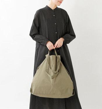 ボックスティッシュやトイレットペーパーも入るゆったりサイズなので、お洒落にまとめてさりげなく片手や肩にかけて持つことができます。布バッグならではの荷物の形を選ばないところもうれしいポイント。
