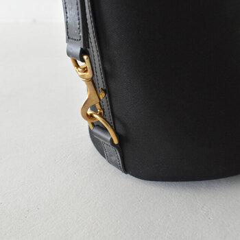 ハンドバッグとショルダーバッグになる2way仕様で、サイドに配した2箇所のリングの留め位置で持ち手の長さが調節ができます。