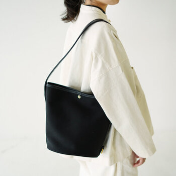 カジュアルに持てるのに、どこか上品な雰囲気の漂うバッグです。オフィス用などお仕事ウェアにもマッチする、キチンと感がうれしいですね。