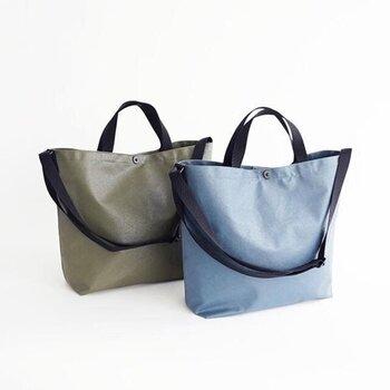 高い防水性があるPVC加工の帆布で作られた2wayトートバッグ。日常使いのほか、レジャーシーンでも活躍しそうな武骨でタフなつくりです。
