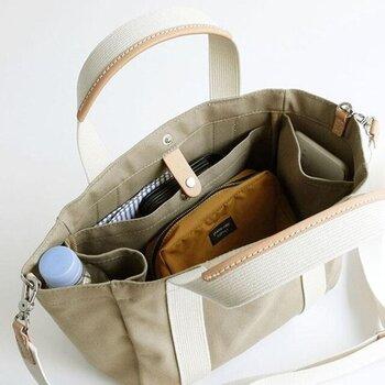 ペットボトルやスマホが入れられる両サイドのマチ付きポケットや背面ポケットもあり、中身が整理しやすく荷物が取り出しやすい、見た目以上にたくさん入るミニトートバックです。