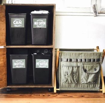 おしゃれな戸棚に見えますが、なんと中身はゴミ箱が4個も入っています。(※写真は開けた所です)開くタイプのカラーボックスなら中にゴミ箱を入れても外からは分からないので、ゴミ箱の存在感を消してくれます。