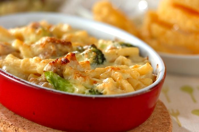 チキンを使った定番のマカロニグラタンです。フライパンで鶏肉をしっかり炒め、旨味を引き出しておいしく作りましょう。ブロッコリーのほかにコーンやニンジンなどお好みの彩り野菜をプラスしても◎