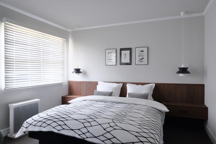 寝室にモノトーンインテリアを取り入れると、ホテルのような高級感あふれる空間が作れます。可愛らしさが欲しいなら、柄のあるものを選ぶのがおすすめ!白メインなら清潔感のある寝室になります。