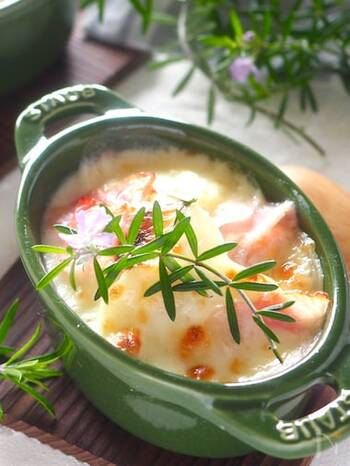 こちらは豆乳を使ったヘルシーなグラタン。スライスしたじゃがいもと豆乳を一緒にレンジで加熱して作るので、ホワイトソースを用意する手間もありません。豆乳のおかげで、さっぱりしつつもコクが感じられるグラタンになりますよ。