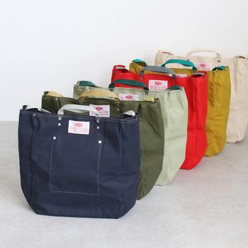 明るくカラフルな色から、ベーシックな色まで豊富なカラーバリエーション。買い物用のエコバッグとして、スポーツやプール用に使うアクティブなバッグとして、さまざまな使い道がありそうです。