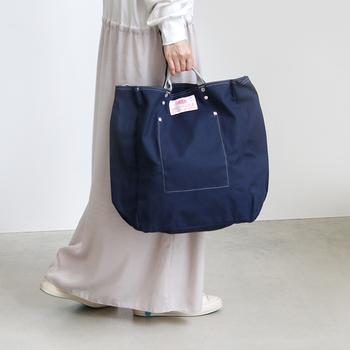 トートバッグとして持った時にバッグが身体の高い位置に来るよう、ストラップは短めの設計。これなら、バッグの底が地面に擦れる心配がありませんね。