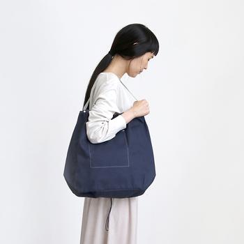 薄手の11号帆布にナイロンの持ち手がアクセントになった、ゆったりサイズのバッグ。A4サイズが縦にも横にもすっぽり入る、使い勝手の良いサイズ感です。